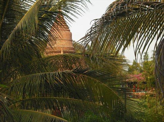 Thazin Garden Hotel: la pagoda nel giardino dell'hotel