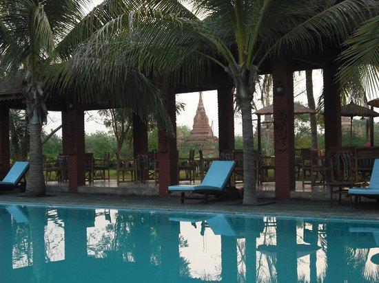 Thazin Garden Hotel: piscina con sfondo di pagode