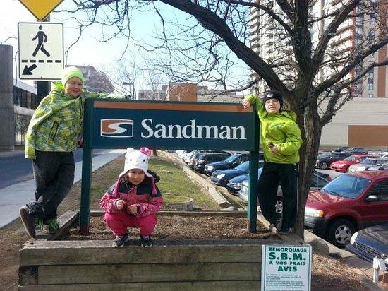 Sandman Hotel Montreal-Longueuil : à l'entrée de l'hôtel
