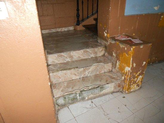 Hostal Oxum : Escalier insalubre avant d'entrer à la pension (3ème étage sans ascenseur)