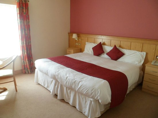 Mahon's Hotel: Large comfortable bed