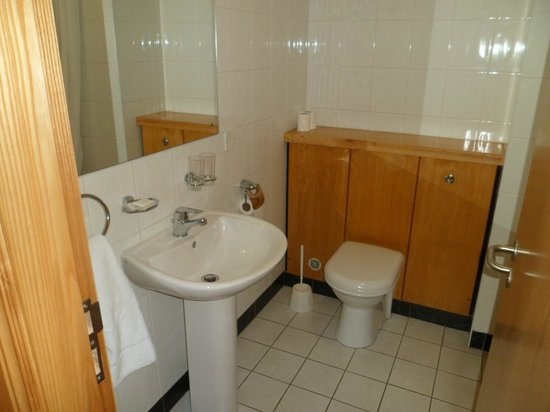 Mahon's Hotel: Clean, plenty of hot water, towels and complimentary toiletries