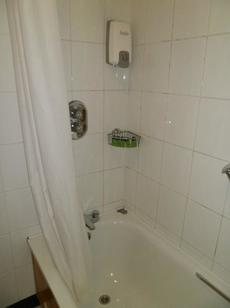 Mahon's Hotel: Shower over the bath, very powerful