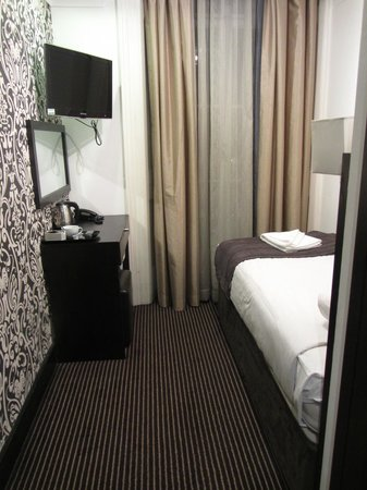 Hotel Edward Paddington : Single room - including small desk and stool, tea and coffee