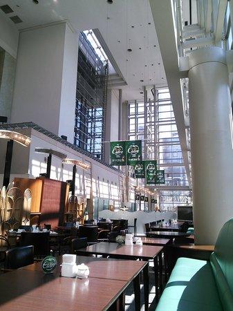 Royton Sapporo: 開放的なレストランの吹き抜け