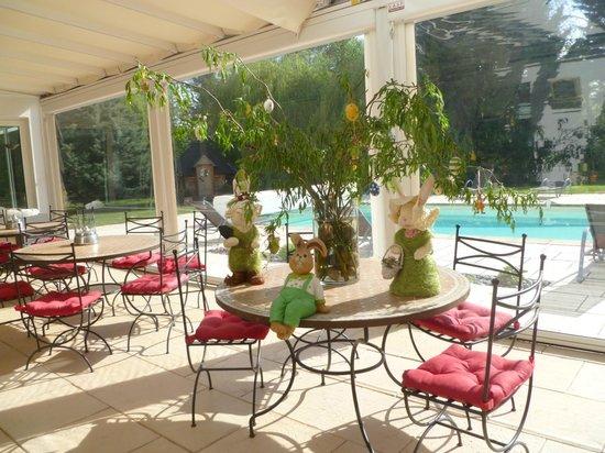 Hôtel Les Jardins d'Adalric : Veranda con addobbi pasquali