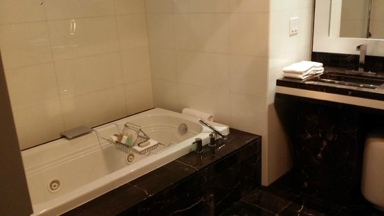 Hotel Beaux Arts Miami: Jacuzzi Tub