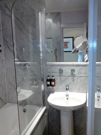 Radisson Blu Edwardian Vanderbilt : Bathroom with marble tiles
