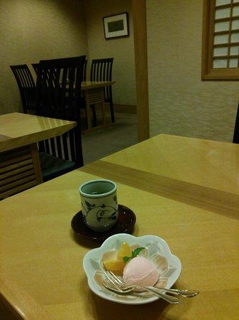 Royton Sapporo: 和食処の爽やかなデザート