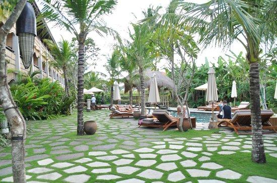 Alaya Resort Ubud: Garden and pool area