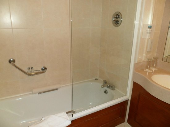 Hamlet Court Hotel: Over bath shower, pumping hot water