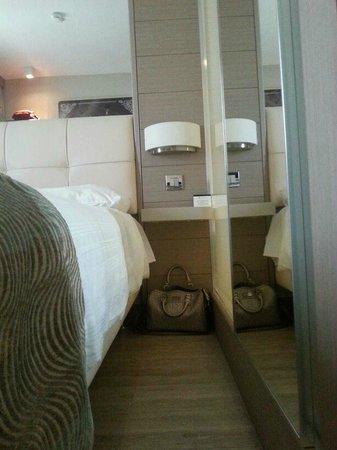 Titanic Comfort Hotel Berlin Mitte: Spazio letto - muro