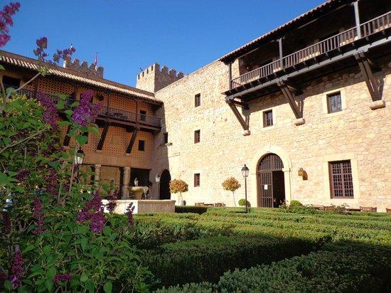 Parador de Siguenza : la fuente del patio del castillo