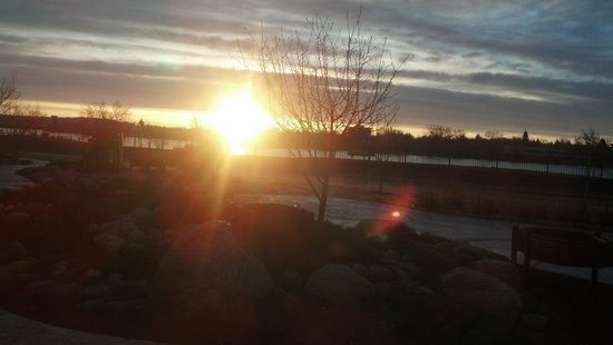 Staybridge Suites Great Falls : Sunrise from Dining Area