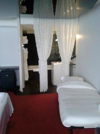 Seeko'o Hôtel : Cama supletoria y cortinas separación al baño