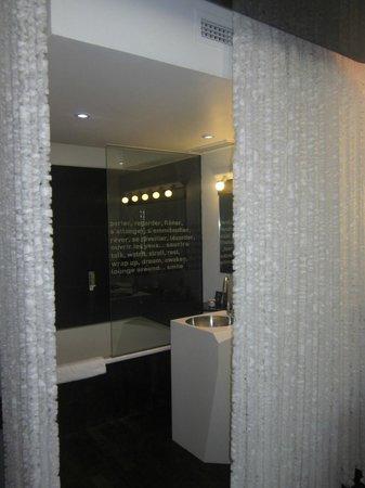 Seeko'o Hôtel : Cortinas separación habitación-baño