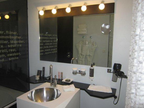 Seeko'o Hôtel : Baño con los amenities