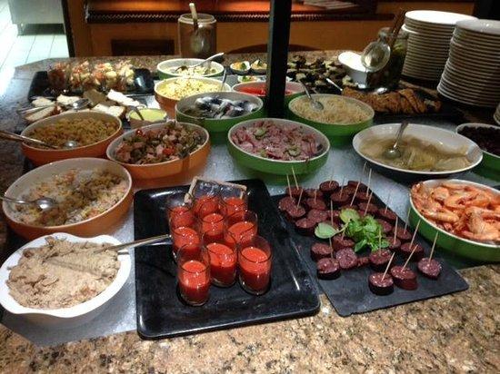 Le Rabelais Hôtel -Restaurant -SPA : Vue du buffet