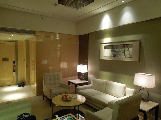 Hilton Dalian : Living Room into Entrance