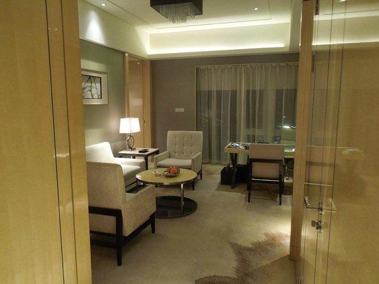 Hilton Dalian : Entrance into Living Room