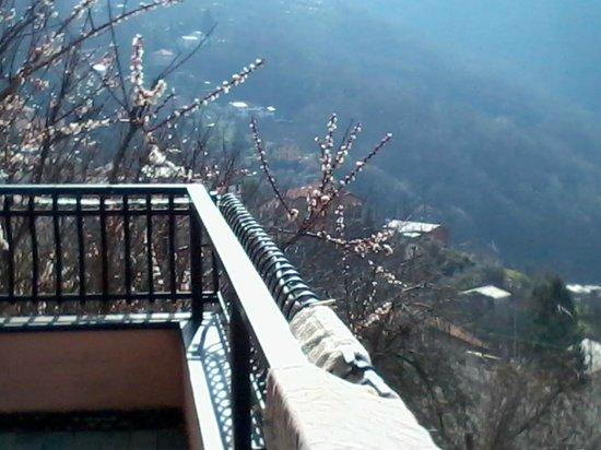 B&B Rifugio Uscio: balcone camaera con bagno in comune bella vista mare-monti