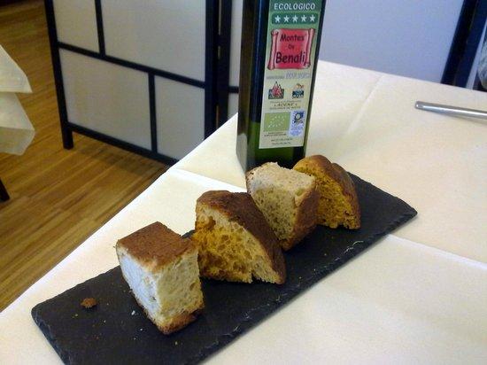 Restaurante Azafrán: Pan de queso y pan de tomate