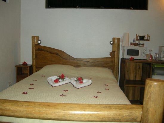 Leaves and Lizards Arenal Volcano Cabin Retreat: cama habitacion congo, parte de la decoración