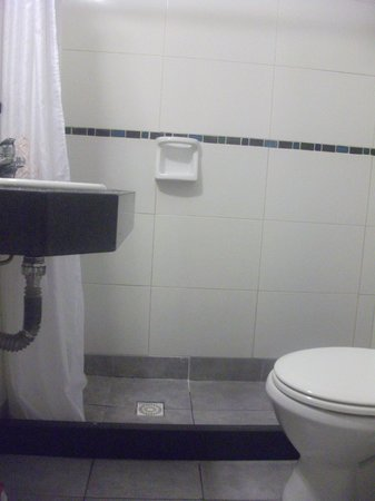 Hotel América: Área do chuveiro muito pequena