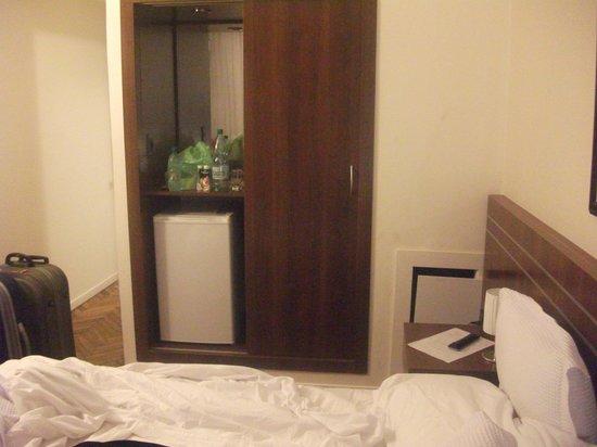 Hotel América: Armário e frigobar