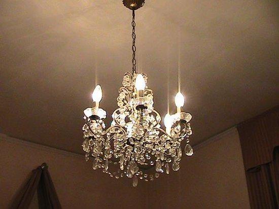Villa Carlotta Hotel: lampadario stanza