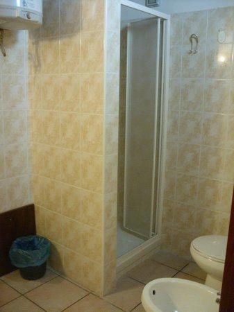 Hostel Marina : bagno camera a sei letti