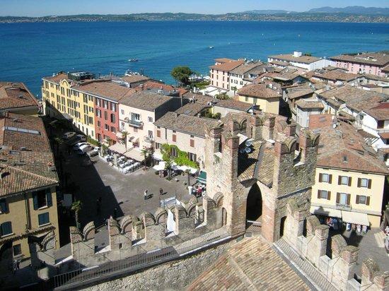 Rocca Scaligera di Sirmione: Vista su Piazza Castello