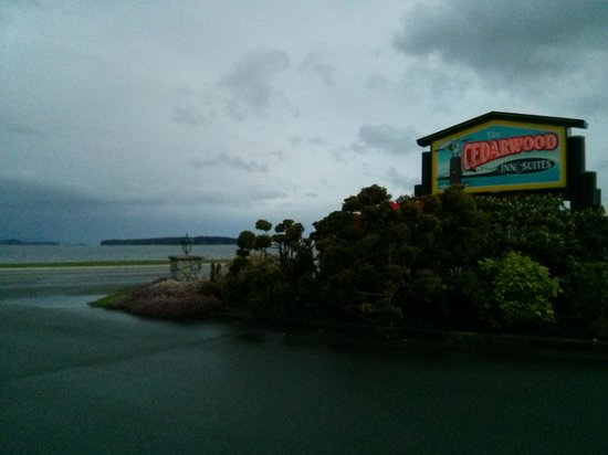 The Cedarwood Inn and Suites: Waterfront... sorta