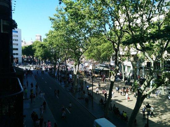 Hotel Lloret Ramblas: Vue sur las Ramblaset la place Catalunya depuis le 1er étage