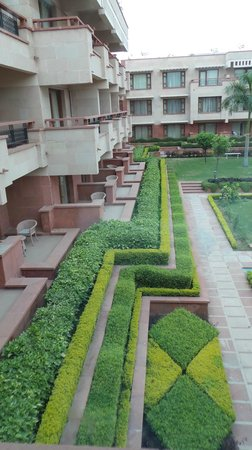 Jaypee Palace Hotel & Convention Centre Agra : Beautiful manicured grounds