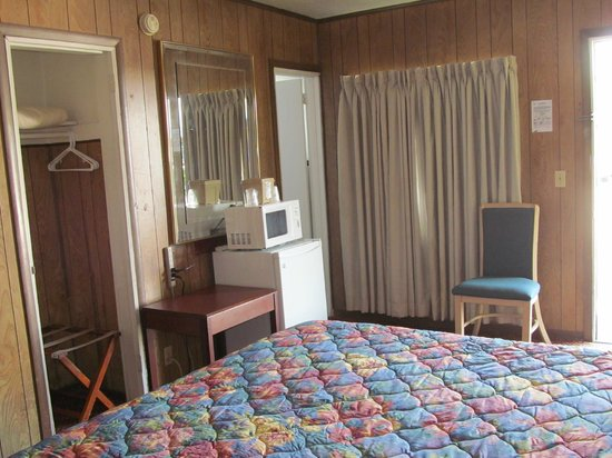 Vacation Inn Motel: Room with micro/fridge