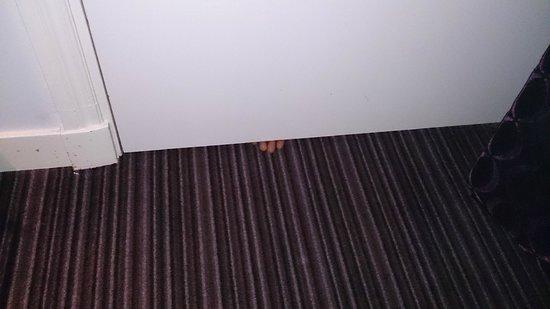 Hotel Luxer: Hueco debajo de la puerta