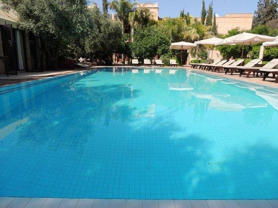La Maison Arabe: zwembad buiten de stad