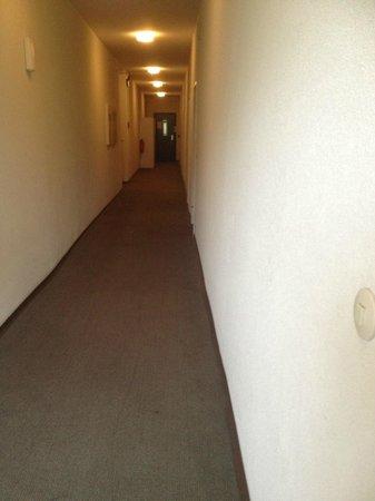 Alecsa Hotel am Olympiastadion: Flur zu den Zimmern