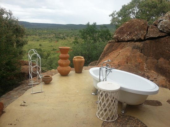 Madikwe Hills Private Game Lodge: Outside bath honeymoon suite