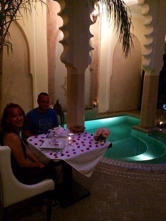 Riad Ambre et Epices : Repas du soir au bord de la piscine...