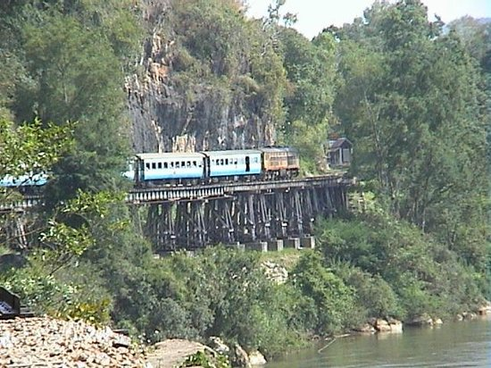 Tham Kra Sae Bridge : Train snakes its way round the cliff at Wong Po Viaduct.