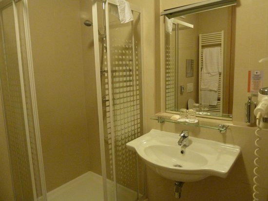 BEST WESTERN Hotel Pav: Hotel bathroom - shower, sink & toilet