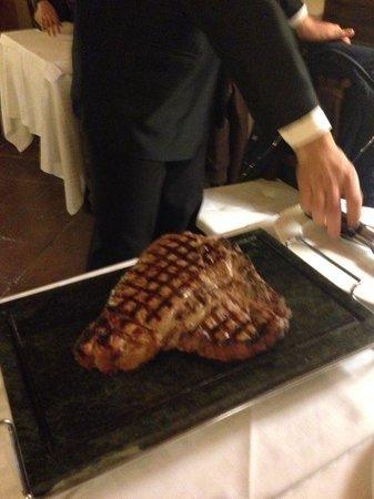 Il Borgo di Vescine - Relais del Chianti: Fiorentina servita al ristorante dell'hotel