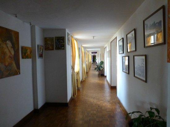 Hotel des Thermes : Couloir menant au restaurant