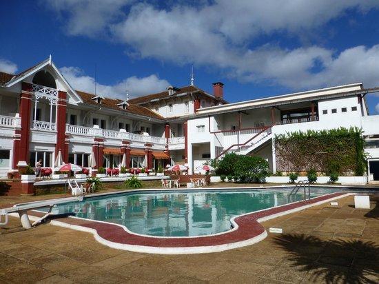 Hotel des Thermes : Piscine coté parc