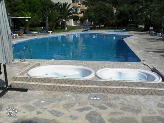 Olympic Hotel : χώρος πισίνας