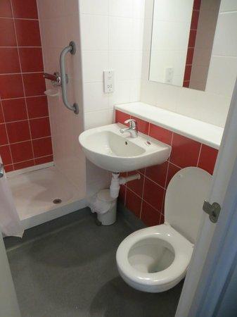 Travelodge Gloucester: Bathroom
