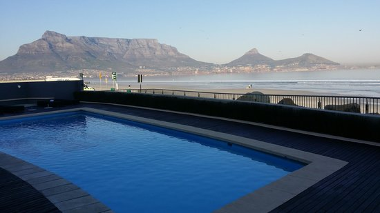 Lagoon Beach Hotel & Spa: Pool overlooking at Table Moutain