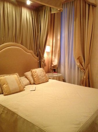 Hotel a La Commedia: Room- Very peachy